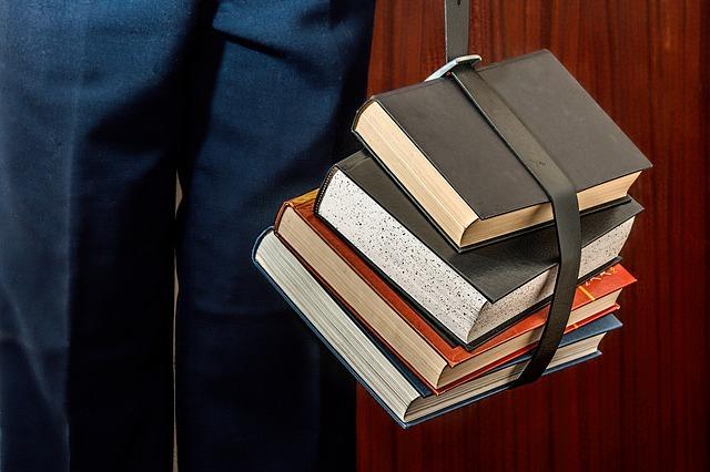 pásek přes knihy