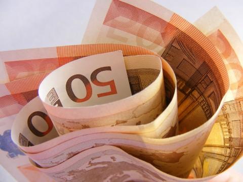 Peníze do roličky ne úplně stažené, padesátky
