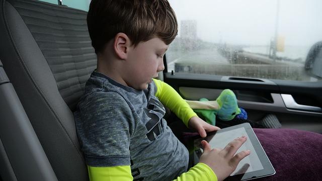Chlapec na tabletu