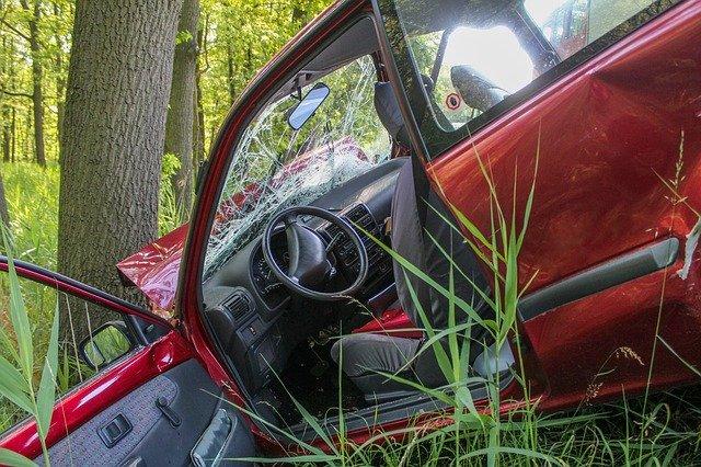 auto strom kolize